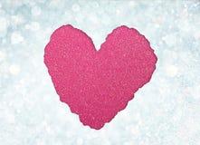 Forme de coeur faite à partir du papier déchiré au-dessus des lumières molles de boke de scintillement. Images libres de droits