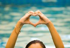 Forme de coeur faite de belle main monter à partir de l'eau Image stock