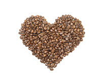 Forme de coeur faite de grains de café d'isolement Photographie stock