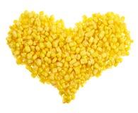Forme de coeur faite de noyaux de maïs d'isolement Images libres de droits