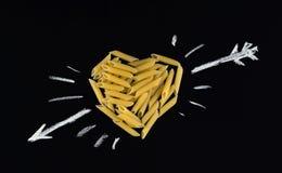 Forme de coeur faite de pâtes de penne Pâtes sous forme de coeur Images stock