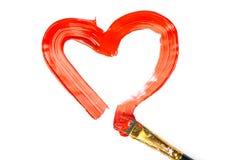 Forme de coeur faite de peinture rouge avec la brosse d'isolement Photographie stock libre de droits
