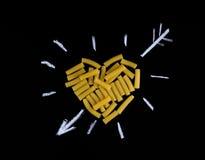 Forme de coeur faite en tortiglioni de pâtes Pâtes sous forme de h Image stock