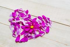 Forme de coeur de fleur étendue sur le fond en bois Photos stock