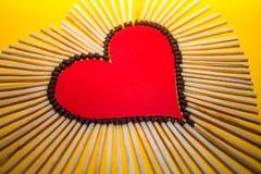 Forme de coeur de l'amour des matchs sur un fond jaune Photo libre de droits