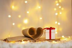 Forme de coeur de papier de vieux livre et de cadeau Photo stock