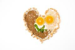 Forme de coeur par de divers légumes et fruits images stock
