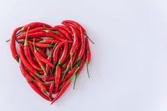 Forme de coeur de petit morceau de poivrons de piment rouge, concept de santé Image stock