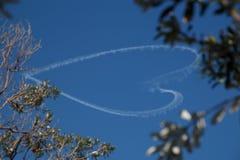 Forme de coeur de publicité aérienne dans le ciel Photographie stock