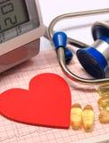 Forme de coeur sur l'électrocardiogramme, moniteur de tension artérielle, stéthoscope Photo libre de droits