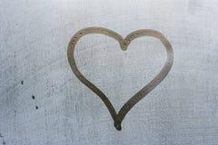 Forme de coeur sur l'hublot photographie stock libre de droits