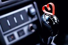 Forme de coeur sur la boîte de vitesse manuelle dans la voiture Photos stock