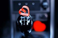 Forme de coeur sur la boîte de vitesse manuelle dans la voiture Photographie stock