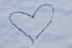 Forme de coeur sur la neige Images stock