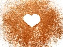 Forme de coeur sur la poudre de cacao de propagation Images stock