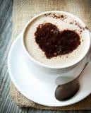 Forme de coeur sur la tasse de cappuccino Images libres de droits