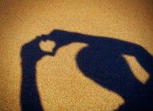 Forme de coeur sur le bord de la mer Photographie stock libre de droits