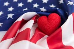 Forme de coeur sur le drapeau, le Jour de la Déclaration d'Indépendance ou le 4ème des USA de juillet Photographie stock