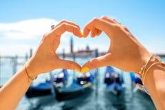 Forme de coeur sur le fond de ville de Venise Photo stock