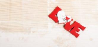 Forme de coeur sur le fond en bois Rose rouge Amour Photo libre de droits