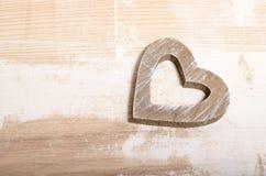 Forme de coeur sur le fond en bois Rose rouge Amour Photo stock