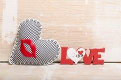 Forme de coeur sur le fond en bois Rose rouge Amour Images libres de droits