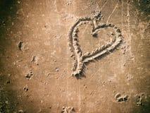Forme de coeur sur le sable Photos stock