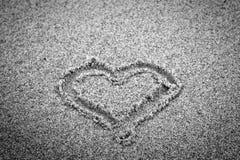 Forme de coeur sur le sable. Romantique, noir et blanc Photographie stock