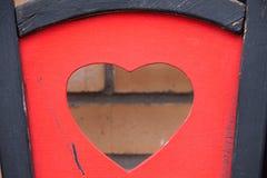 Forme de coeur sur une chaise en bois Images stock