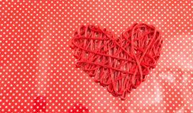 Forme de coeur sur une configuration sans joint rouge de fond?? Peut être utilisé pour l'emballage de présent ou l'intégration de Image stock
