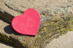 Forme de coeur sur une plage rocheuse Abrégé sur amour d'été Image libre de droits