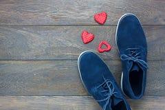 Forme de coeur de vue supérieure avec des chaussures du ` s des hommes sur le fond en bois avec Photographie stock libre de droits