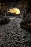 Forme de coucher du soleil à l'intérieur de caverne Photographie stock libre de droits