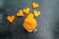 Forme de coupe de papaye du coeur smoothies La structure à plat Concept d'amour Jour du `s de Valentine Images stock