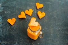 Forme de coupe de papaye du coeur smoothies La structure à plat Concept d'amour Jour du `s de Valentine Photos libres de droits