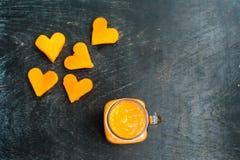 Forme de coupe de papaye du coeur smoothies La structure à plat Concept d'amour Jour du `s de Valentine Images libres de droits