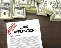 Forme de demande de prêt et billets d'un dollar approuvés Photo libre de droits