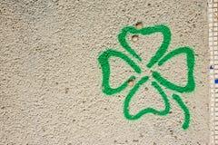 Forme de fleur sur le mur en béton Photo libre de droits