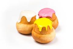 Forme de gâteau dans un lustre multicolore Photos stock