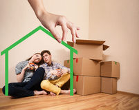 Forme de maison verte avec la jeune famille à l'intérieur Image stock