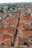 Forme de Millau ci-dessus : dessus de toit divisés par la route images libres de droits