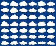 Forme de nuage Ensemble de vecteur de silhouettes de nuages d'isolement sur le bleu illustration de vecteur