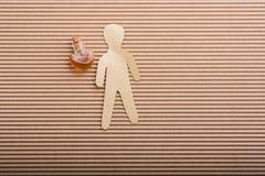 Forme de papier d'homme avec une bouteille en forme de coeur Photographie stock libre de droits