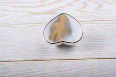 Forme de papier d'homme dans une cuvette en forme de coeur Photographie stock