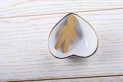Forme de papier d'homme dans une cuvette en forme de coeur Photographie stock libre de droits