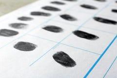 Forme de police avec des empreintes digitales Examen légal image libre de droits