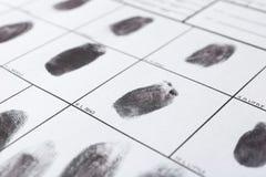 Forme de police avec des empreintes digitales Examen légal images libres de droits