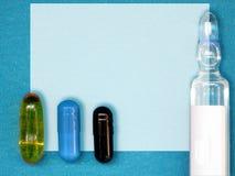 Forme de prescription de drogue comme livre blanc et ensemble capsules colorées de médicament d'†«et ampoule en verre Chimiste image stock