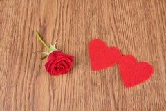 Forme de rose et de coeur de rouge sur en bois Images libres de droits