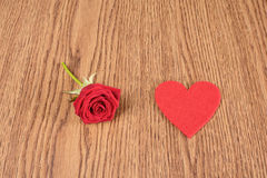 Forme de rose et de coeur de rouge sur en bois Images stock